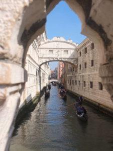 Venise, vue extérieure sur le pont des soupirs