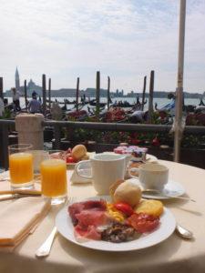Petit déjeuner en terrasse Hotel Monaco&Grand Canal