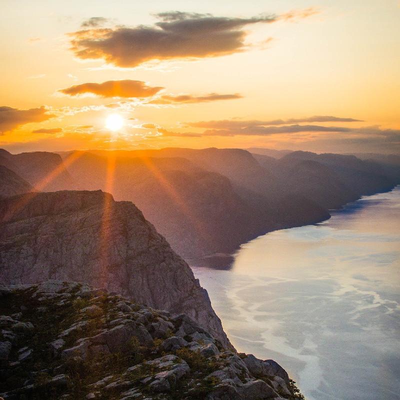 globe-travel-voyage-falaise-norvege
