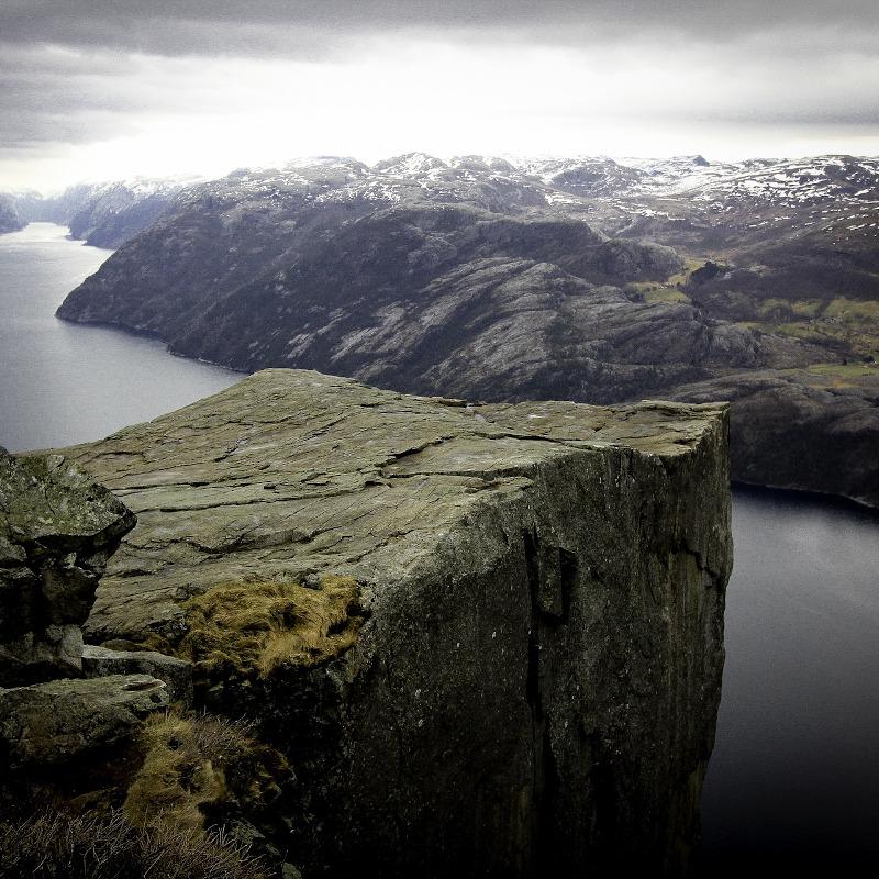 globe-travel-voyage-norvege-preikestolen-falaise